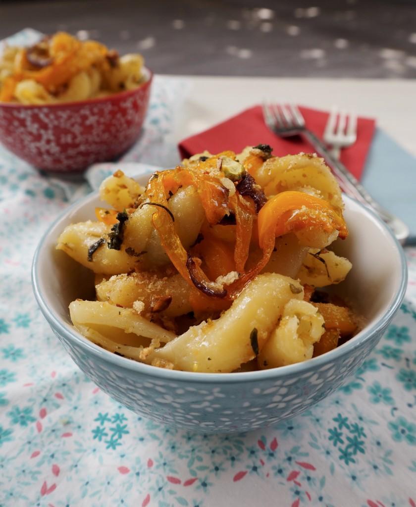 Fidanzati ai peperoni confit, crumble di pane e pistacchi e pesto di erbe aromatiche